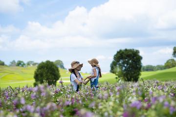 花畑で遊ぶ親子