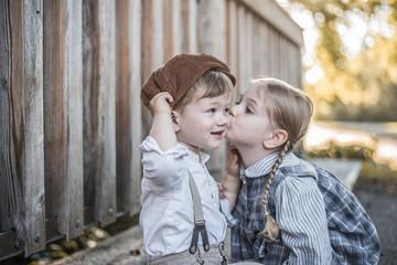 Mädchen gibt Jungen Kuss auf die Wange