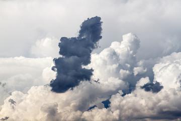 Nubes de tormenta en el cielo. Formas y texturas.