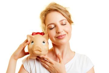 Junge Frau mit Sparschwein als Sparsamkeit Konzept