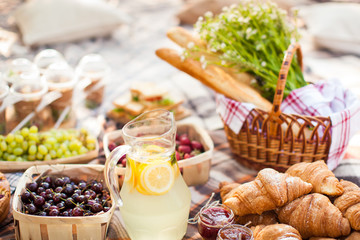 photo outdoor picnic picnic, nature in the garden, drink, croissants, close-up
