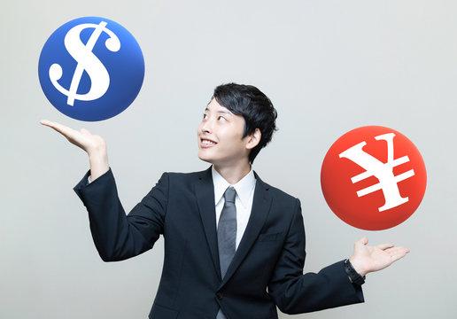 円とドルを比較するビジネスマン