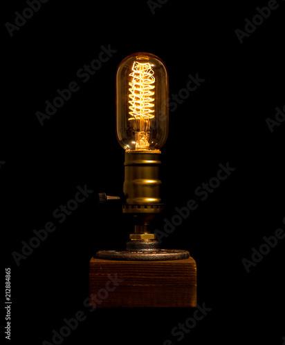 Retro Glühbirne mit spiralförmigem glühdraht und holzsockel\