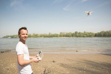 Mann fliegt eine Drohne, Rhein, NRW, Deutschland NRW, Deutschland