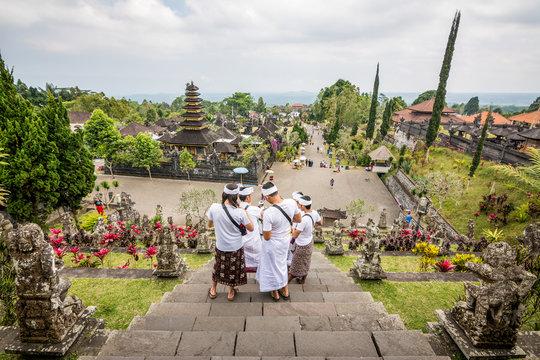 balinese people at pura besakih temple