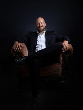 Businessman im Sessel - ganzer Körper