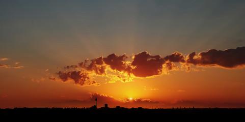 Dramatischer Sonnenuntergang über Berlin City