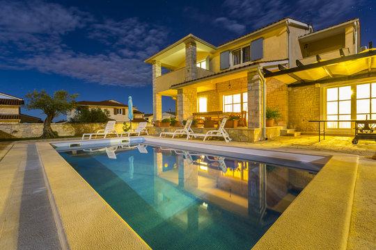 Kroatien, Istrien, Porec, Ferienhaus mit Pool, Nachtaufnahme