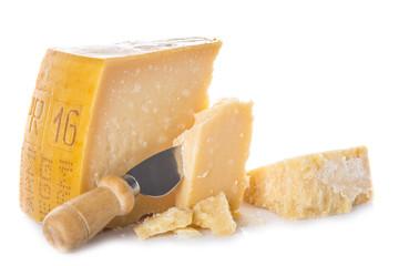 Queso parmesano aislado sobre un fondo blanco para una comida saludable