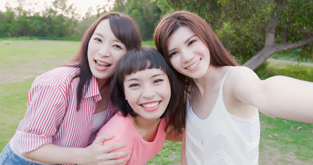 three bestie selfie happily