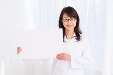 白衣のミドル女性 ホワイトボード