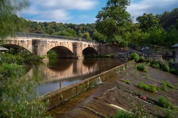 alte Brücke am Fluss