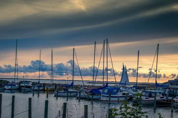 Hafen mit Segelbooten