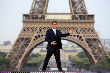 """Cast member Tom Cruise poses in front the Eiffel Tower during the world premiere of the film """"Mission: Impossible - Fallout"""" in Paris"""