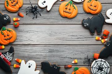 Halloween gingerbread cookies with candies on wooden table Fotoväggar