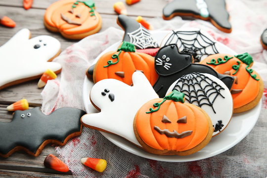 Halloween gingerbread cookies in plate on wooden table