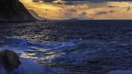 romantische Küste von Sizilien bei Sonnenuntergang