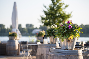 Biergarten am Rheinufer in Mainz an einem sonnigen Morgen
