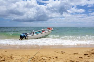 barco en la playa  de Carvoeiro preparada para navegar en la región de Algarve, Portugal