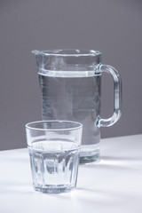 Wasserglas vor Kanne - dunkelgrau