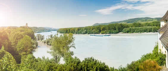 Panorama mit Blick auf die Donau in der Wachau und dem Stift Melk in der Ferne, Niederösterreich. Österreich