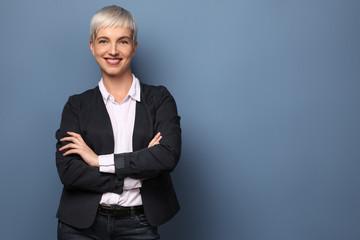 Businessfrau an der Wand