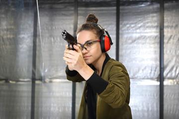 Strzelnica.Kobieta na strzelnicy.