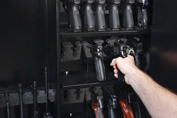 Szafa na broń. bezpieczne przechowywanie pistoletów.
