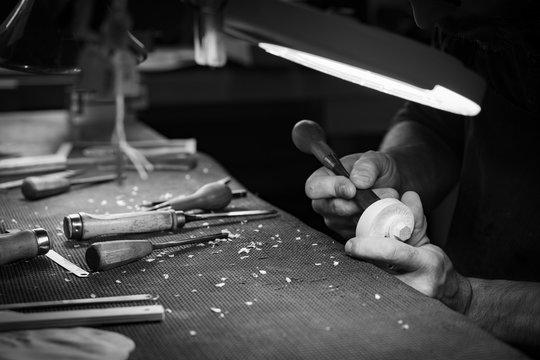 fabrication artisanale d'un violon par luthier dans un atelier de lutherie