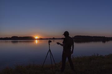 Silhouette von einem Fotografen beim untergang der Sonne
