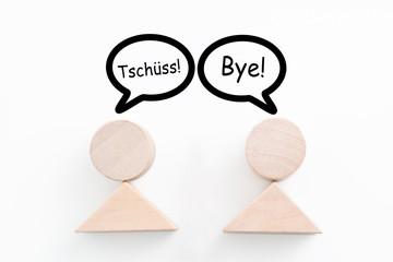 zwei Figuren verabschieden sich