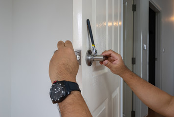 locksmith install silver handle on white wood door