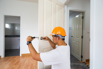 locksmith repair knob door with screwdriver
