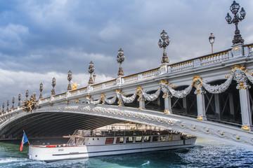 Pont parisien et péniche