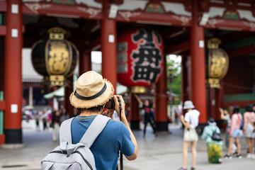 Photo sur Aluminium Tokyo Young traveler taking photo of Sensoji temple in asakusa, Tokyo, Japan