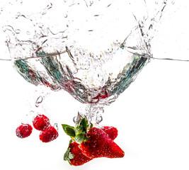 Fraises, fruits splash dans l'eau