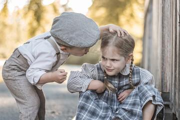 Junge und Mädchen im Freien