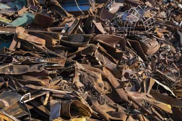 kleingehäckseltes Altmetall kurz vor dem pressen und wiederverwertet