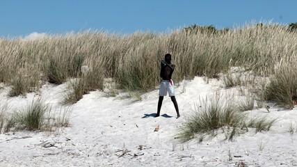 Ragazzo senegalese si fa' un selfie sulla spiaggia