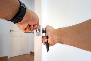 locksmith fix silver knob door by two hand