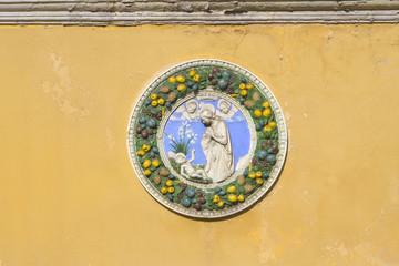 decorazione in bassorilievo sul muro con beata vergine maria e gesù