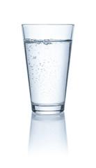 Ein Glas Wasser vor einem weißem Hintergrund