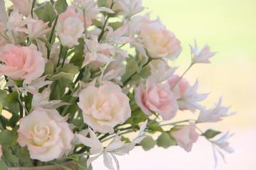 花籠に飾られた薄いピンクの花たち