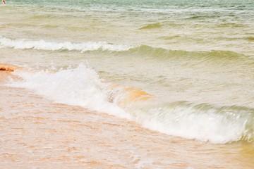 волны набегают на берег моря