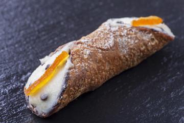 einzelnes süßes Cannolo aus Sizilien