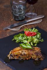 griechische Moussaka mit Salat