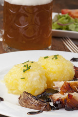Bayerischer Schweinebraten mit Bier und Knödel