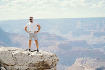 man exploring the grand canyon in Arizona Papier Peint