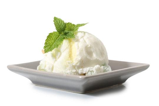glace,sorbet au citron sur fond blanc