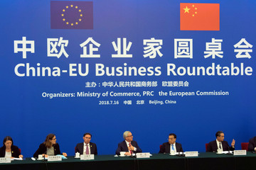 Chinese Premier Li Keqiang, center right, looks over to European Commission President Jean-Claude Juncker, center left, as they attend the China-EU Business Roundtable held at the Great Hall of the People in Beijing